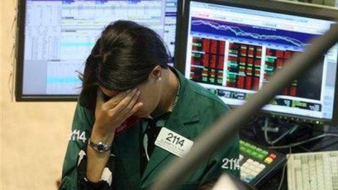 Seorang pialang sedih dengan anjloknya harga saham