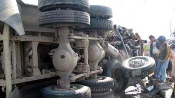 Ilustrasi truk terbalik