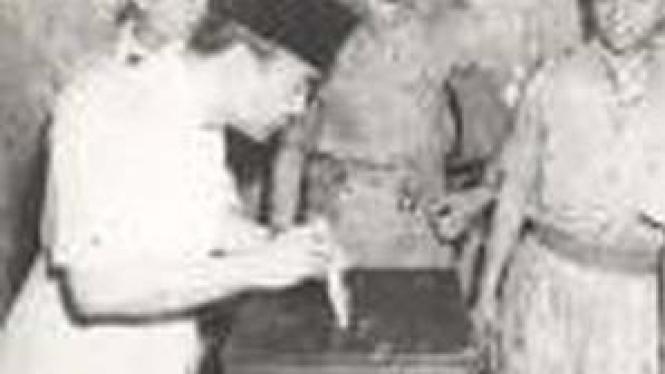 Soekarno mencoblos pada 1955