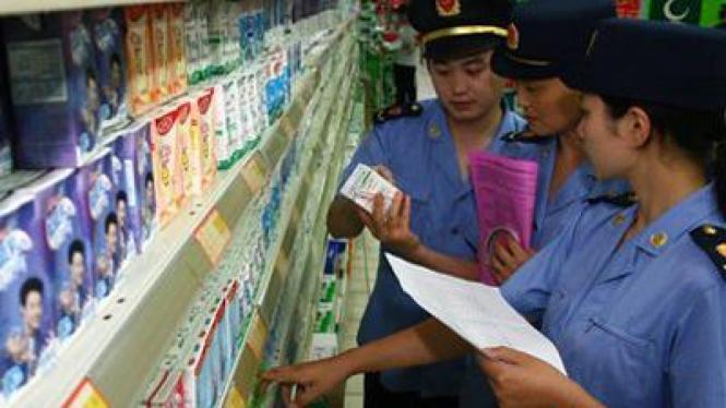 Petugas kesehatan di China memeriksa produk susu