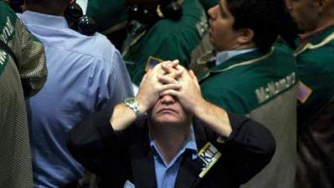 Reaksi seorang pialang melihat anjloknya harga saham