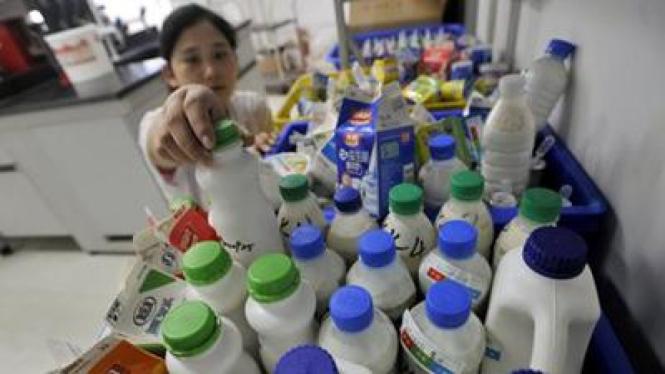 Seorang peneliti di Cina mengambil sampel susu