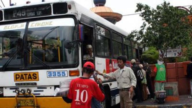Bus PPD tengah beroperasi di Jakarta