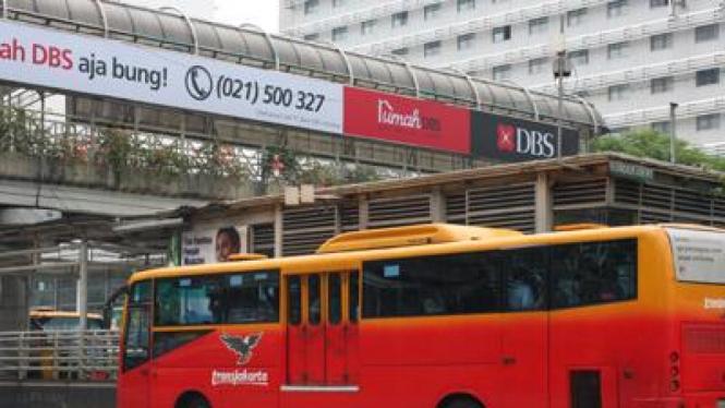 Bus TransJakarta tengah mengambil penumpang