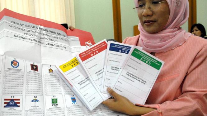 Anggota KPU Andi Nurpati memegang surat suara