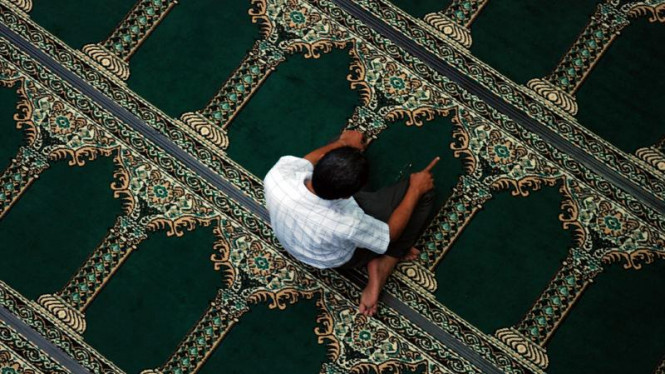 Shalat di Masjid Mutia