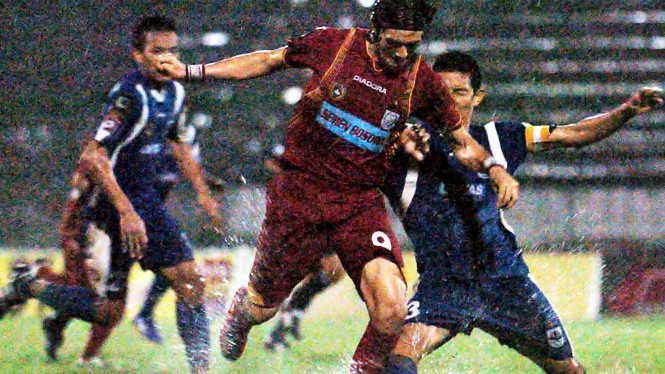 Mantan striker PSM, Aldo Baretto (tengah)