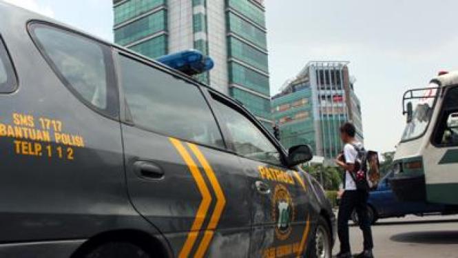 Ilustrasi Polisi bertugas melindungi dan mengayomi (viva.co,id)