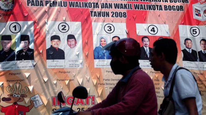 Melintas di depan baliho calon-calon Walikota Bogor