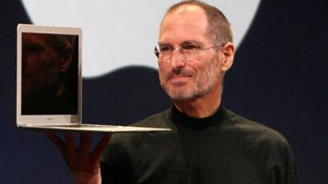 Steve Jobs dengan Laptop MacbookAir