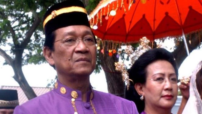 Sultan Hamengkubuwono X dan GKR Hemas saat dianugerahi gelar