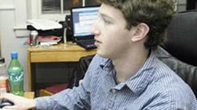 Mark Zuckerberg di depan komputernya