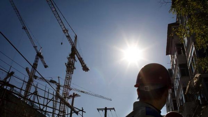 Sejumlah pekerja sedang menyelesaikan pembangunan gedung