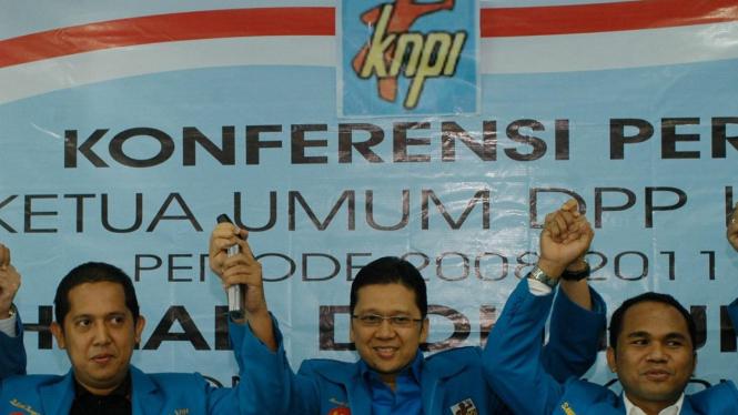 Ketua KNPI Ahmad Doli Kurnia diapit dua rekannya