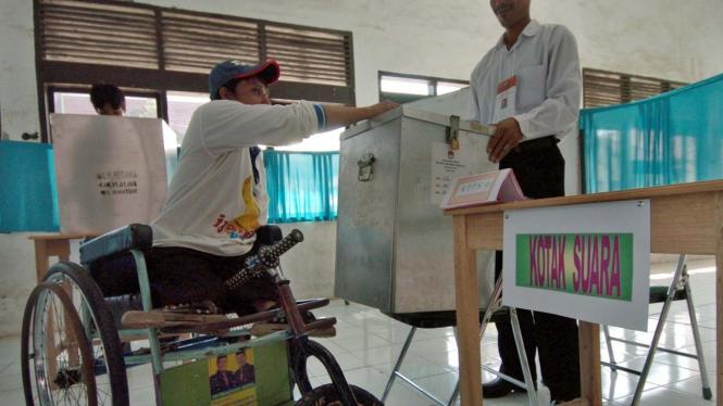 Penyandang cacat memilih dalam Pilkada Makassar