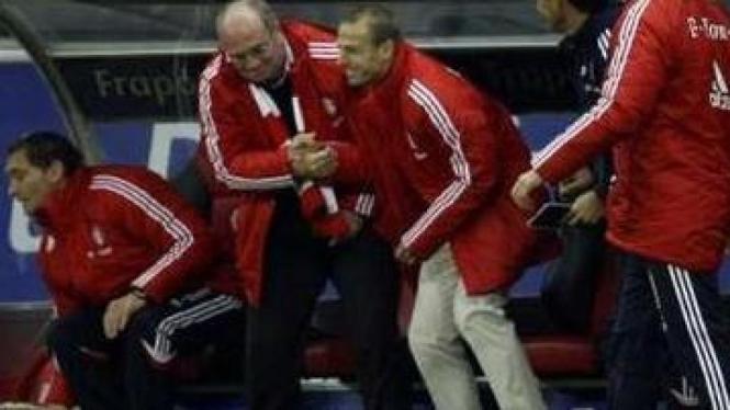 Juergen Klinsmann (tengah)