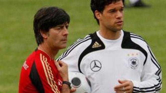 Joachim Loew (kiri) dan Michael Ballack (kanan)