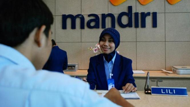 Nasabah transaksi di Bank Mandiri.