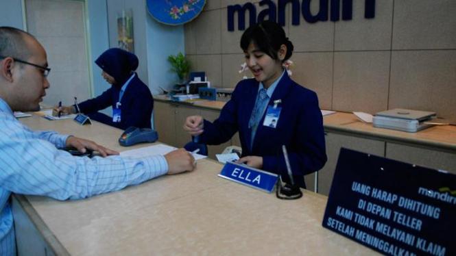 Nasabah transaksi di Bank Mandiri
