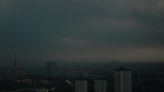 Awan mendung selimuti langit Jakarta.