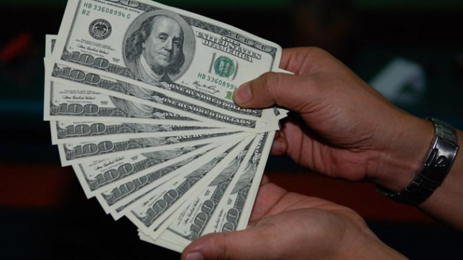Penukaran uang dolar Amerika.