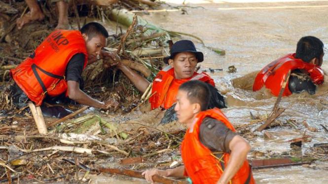 Cari Korban Banjir di Palopo