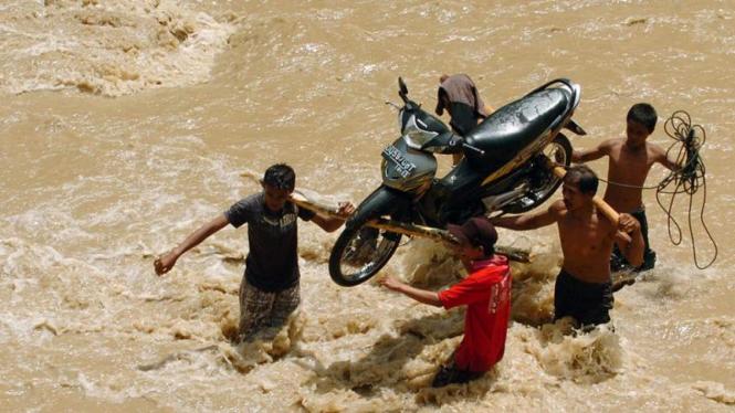 Evakuasi Motor Saat Banjir di Palopo