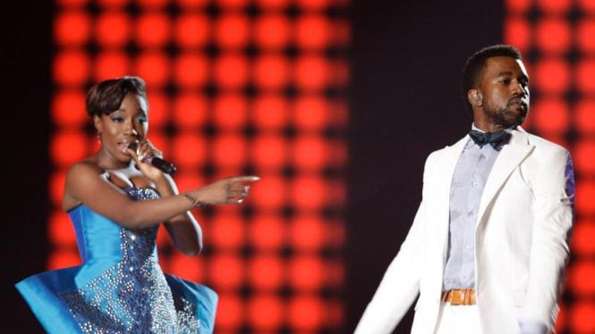 Estelle dan Kanye West  dalam MTV Awards