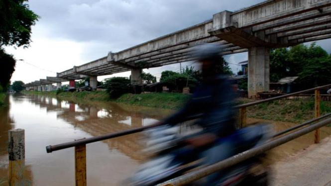Proyek jalan tol layang Becakayu di Kali Malang, Bekasi.