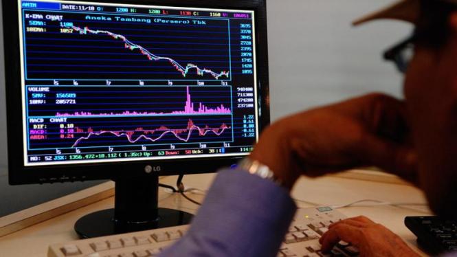 Seorang pialang memantau pergerakan saham.