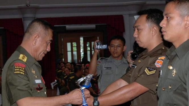 Jenderal TNI (Purn) Ryamizard Ryacudu serahkan pedang pada perwira junior
