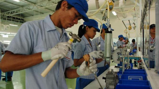 Buruh di pabrik perakitan sepeda motor di Karawang.