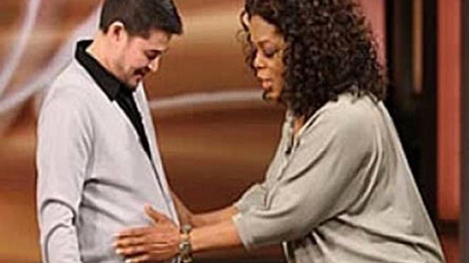Thomas Beatie (kiri) saat tampil bersama Oprah Winfrey
