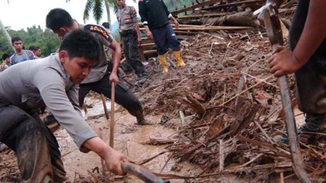 ejumlah anggota polisi mencari korban longsor di Cianjur, Jabar