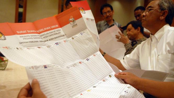 Partai mengecek surat suara Pemilu