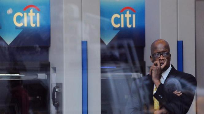 Seorang pria berdiri di depan kantor cabang Citibank di New York