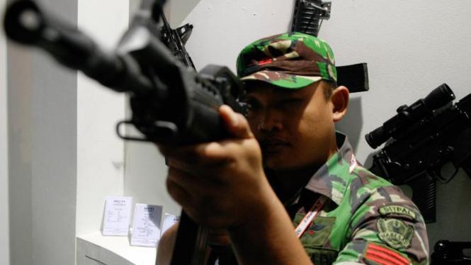 Seorang tentara mencoba senjata di pameran Indo Defence,Jakarta.