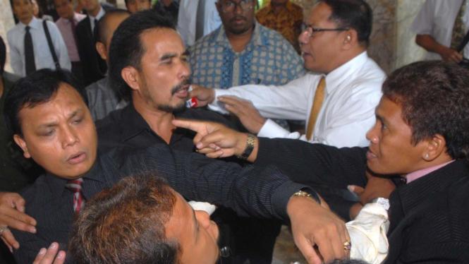 Dua kubu organisasi advokat, KAI dan Peradi, bertengkar di Mahkamah Agung