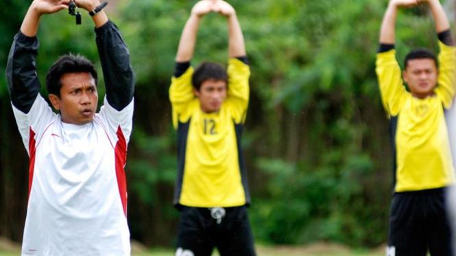 Widodo C Putro saat melatih timnas di Stadion Pelita Jaya,Sawangan,Depok.