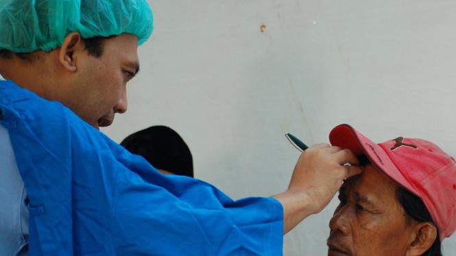Operasi katarak pasien LKC