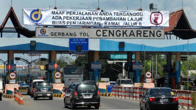 Gerbang tol Cengkareng.