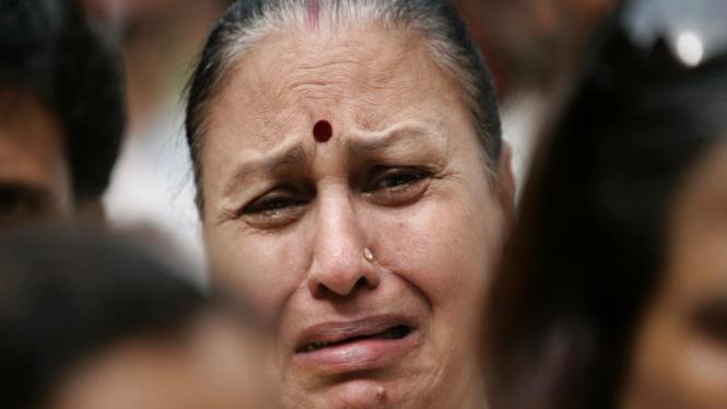 Seorang ibu menangisi para korban serangan teroris di Mumbai, India