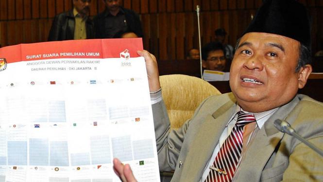 Ketua KPU melihatkan contoh surat suara Pemilu 2009