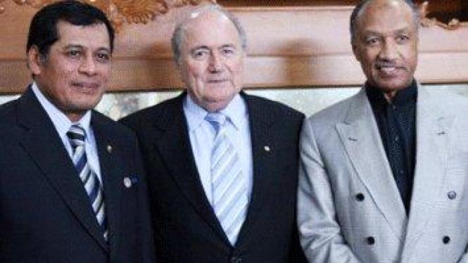 Nurdin Halid (kiri) bersama Sepp Blatter & Mohammed Bin Hammam