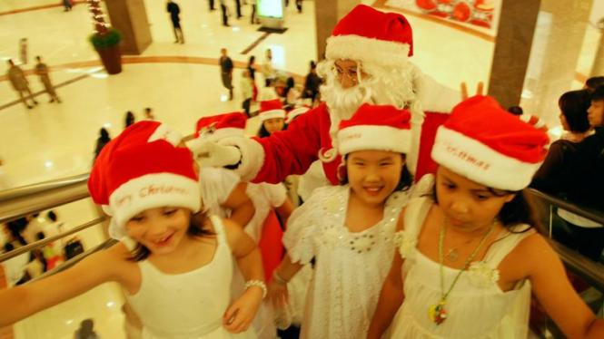 Sinterklas menyambut Natal dan Tahun Baru di sebuah pusat perbelanjaan,Jakarta .