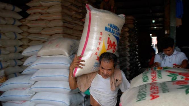 Buruh angkut beras di Pasar Induk Cipinang,Jakarta.