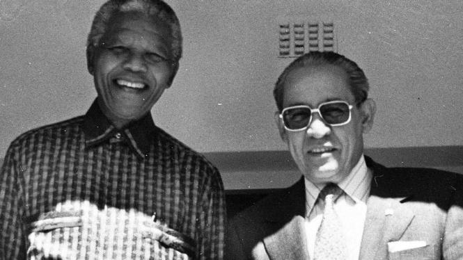 Ali Alatas dengan Nelson Mandela di Johanesburg, Sabtu (1 April 1996)