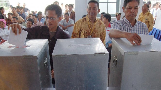 Pemilih memasukkan surat suara ke kotak suara dalam simulasi Pemilu