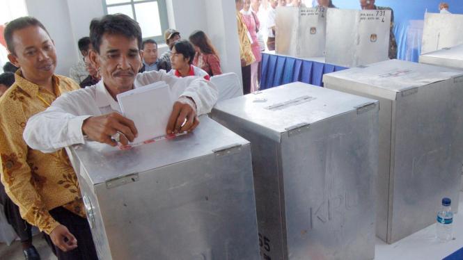 Pemilih masukkan surat suara ke kotak suara dalam simulasi pemilu.