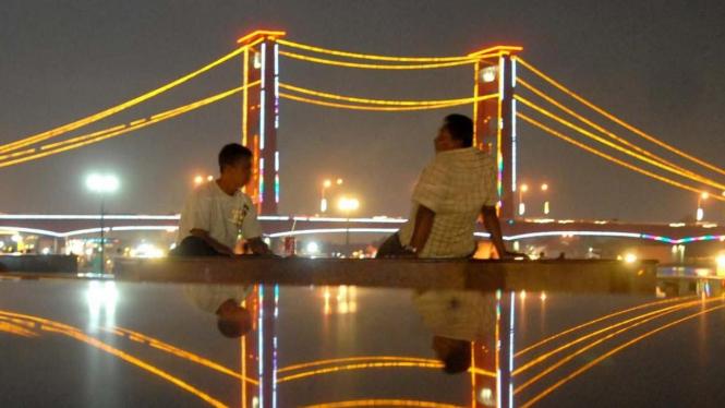 Jembatan Ampera yang melintasi Sungai Musi di Palembang